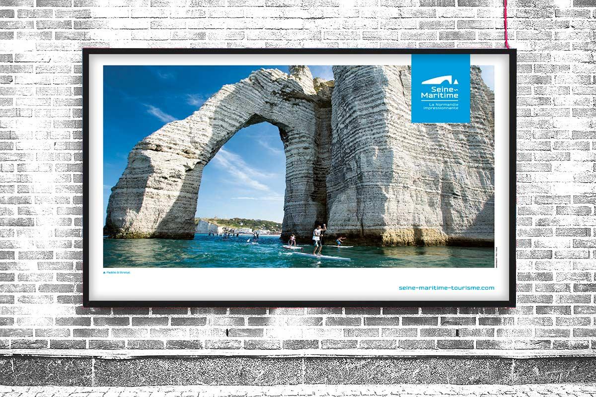 Poster paddle Etretat pour la promotion du tourisme de la Seine-Maritime, la Normandie impressionnante